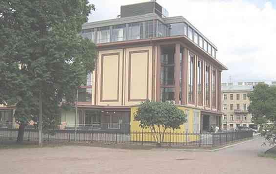 Торговый центр между домами Звенигородской улицы